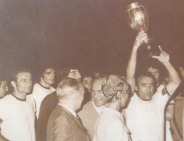 Del Sol alza al cielo il Trofeo Picchi, accanto a lui il presidente Marchini