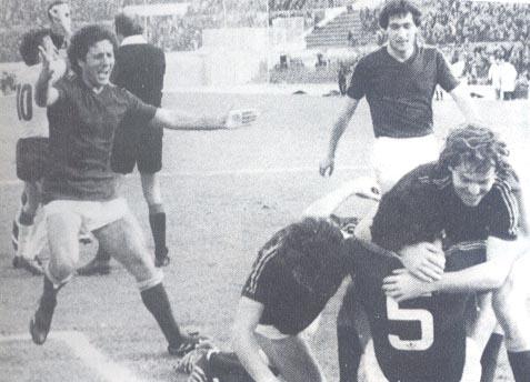 Roma-Verona 2-1, il capitano Santarini abbracciato dai compagni