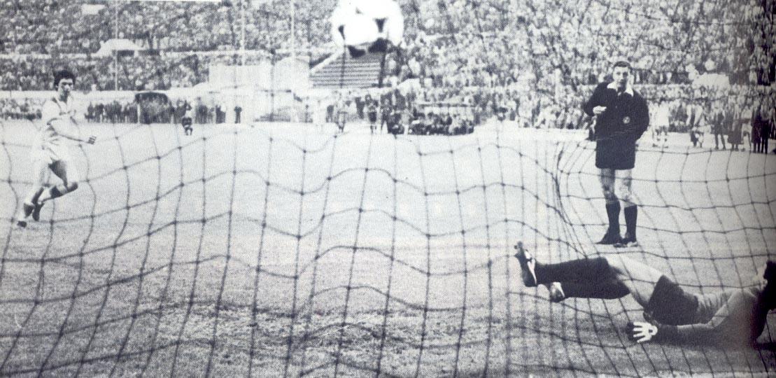 Carlo Ancelotti segna il terzo rigore giallorosso