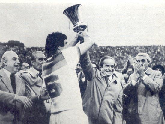 La Roma vince la Coppa Italia 1979/80, il capitano Santarini viene premiato