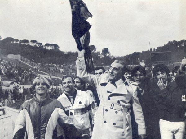 Dino Viola con i tifosi romanisti